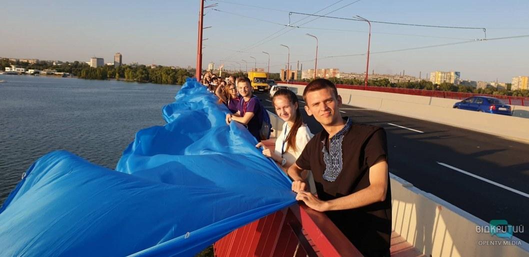 В Днепре на Новом мосту развернули огромный флаг Украины
