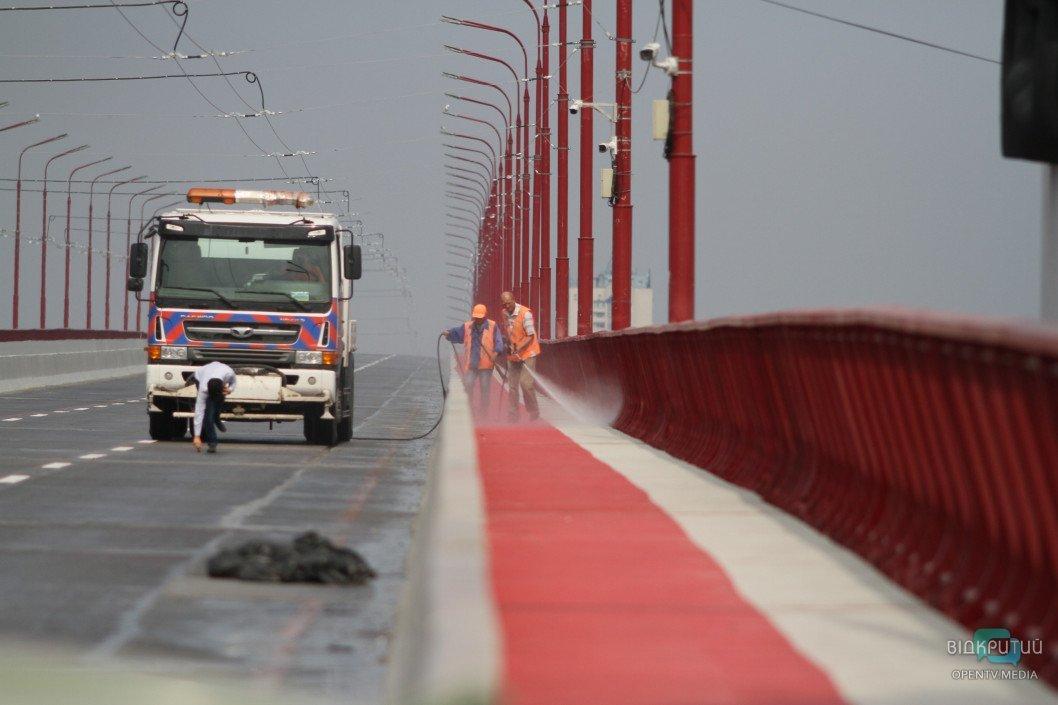 В Днепре отмыли Новый мост перед открытием