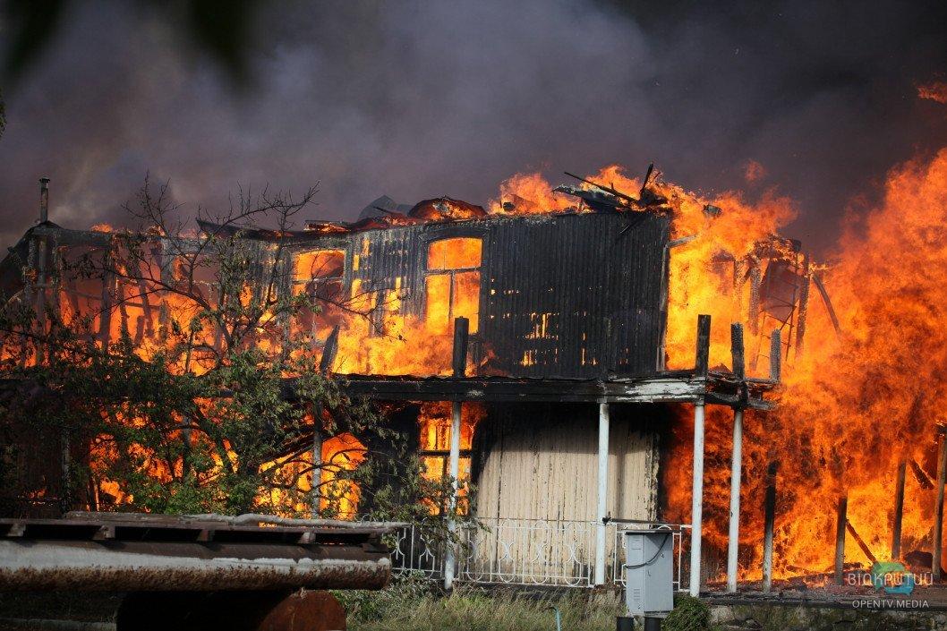 Как в Днепре горел ангар на лодочной станции: фотоотчет