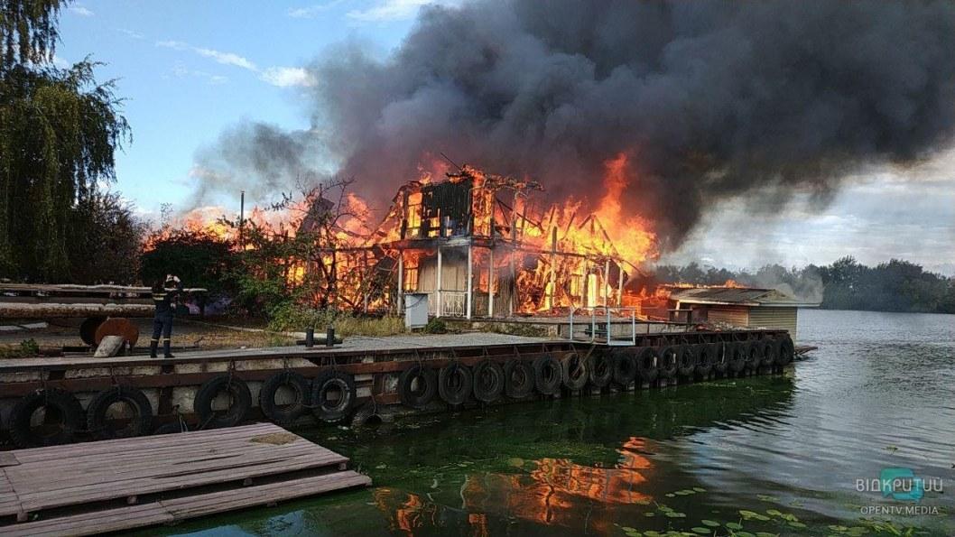 В Днепре масштабный пожар на лодочной станции