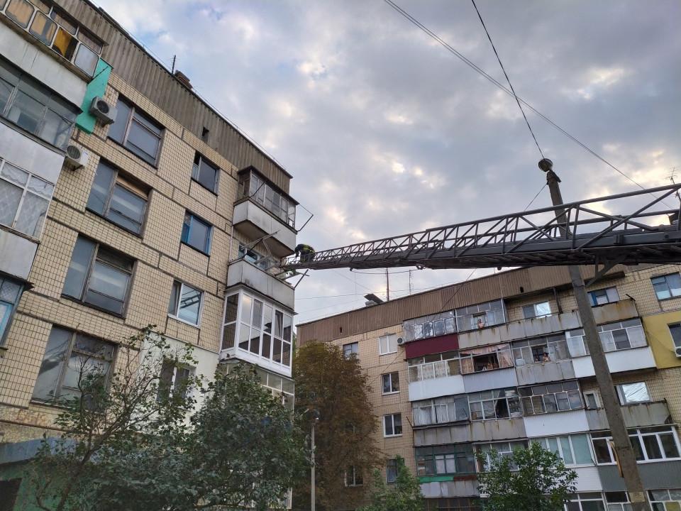 В Марганце спасатели разбирали стекла на балконе