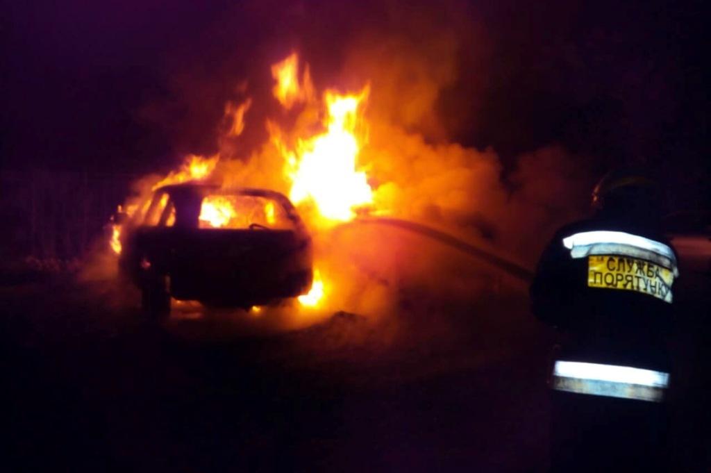 В Днепре на стоянке загорелись три автомобиля