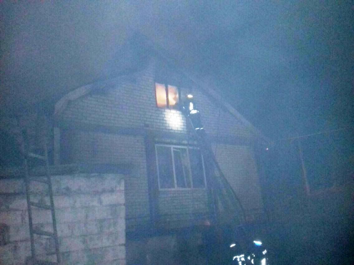 В Кривом Роге пожарные спасли женщину из горящего дома