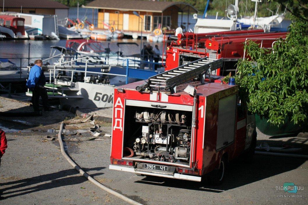 Зацепило и авто: в Кривом Роге горел магазин (ФОТО)