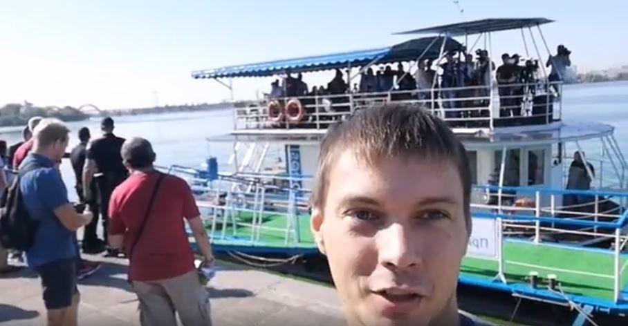Активистов не пустили на плавучий брифинг Филатова под Новым мостом