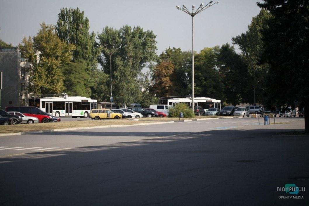 Перед приездом Зеленского в аэропорту Днепра появились троллейбусы