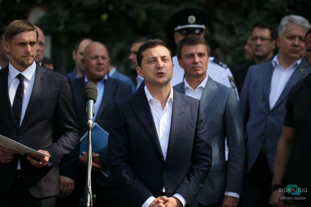 «Я привез вам подарок», — в аэропорту Днепра Президент Зеленский представил нового губернатора