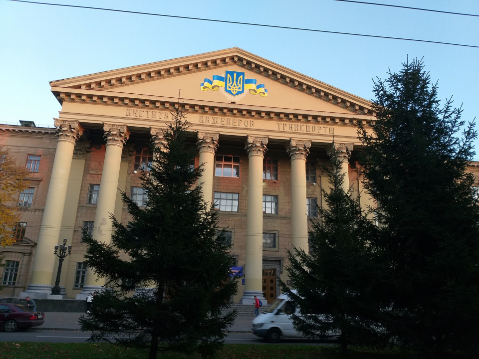 Декоммунизация ДИИТа в Днепре: на главном корпусе вместо серпа и молота изобразили тризубец