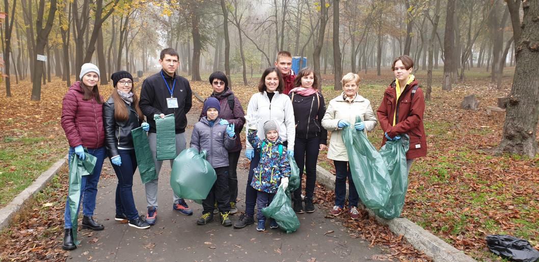 Вместо субботника: в Днепре горожане убирали мусор и получали подарки