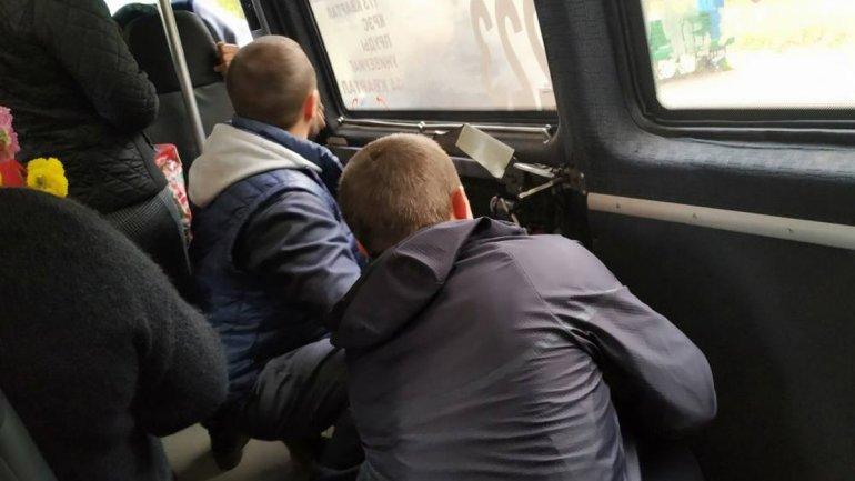 В Кривом Роге у маршрутки заклинило дверь: пассажиры вылазили через переднее сидение