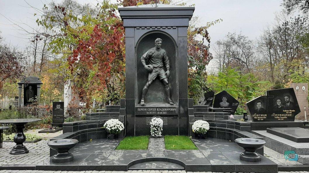 Политики, ракетчики и спортсмены: кто из известных днепрян похоронен на Запорожском кладбище