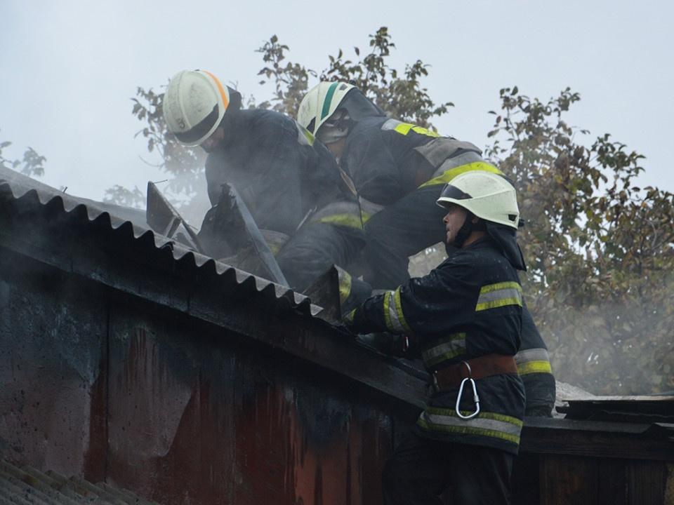 В Днепре пятнадцать пожарных более двух часов тушили частный дом