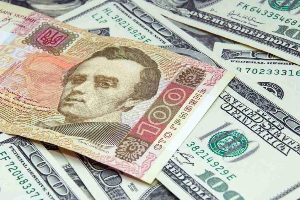 Гривна снизилась к доллару и евро