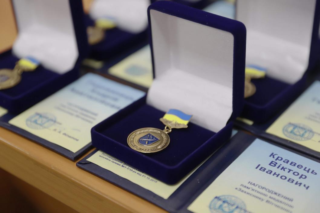 В Днепре ко Дню защитника Украины вручили награды ликвидаторам аварии ЧАЭС и участникам боевых действий