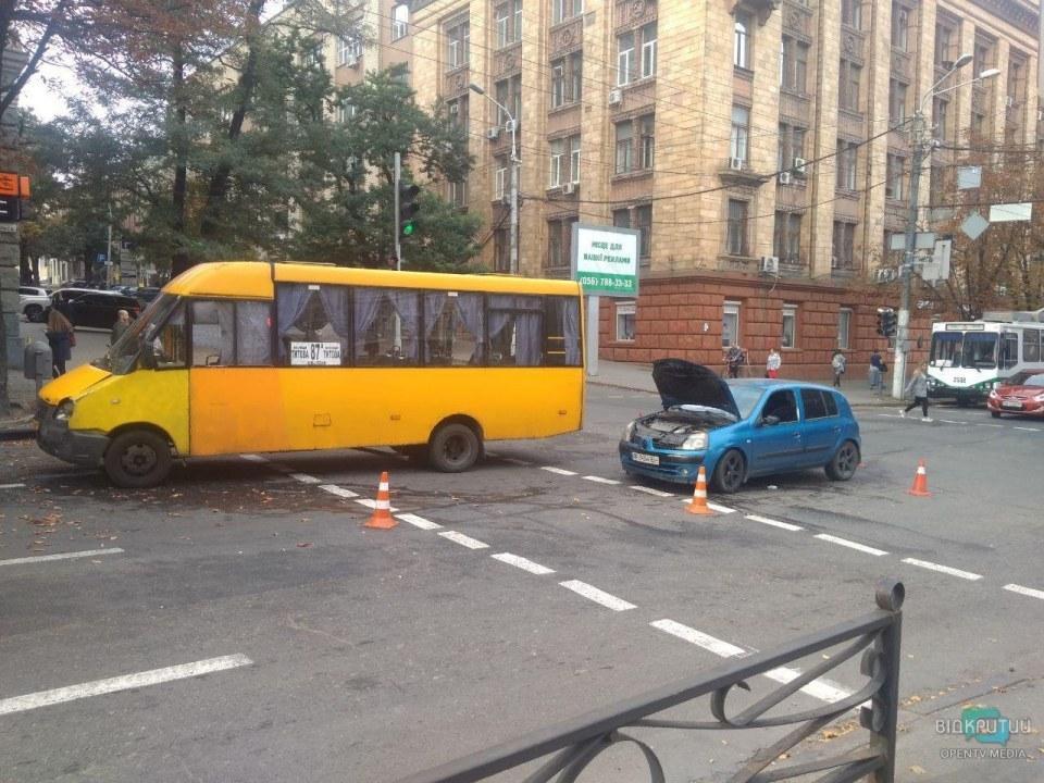 ДТП с участием маршрутки в центре Днепра: пострадал один человек
