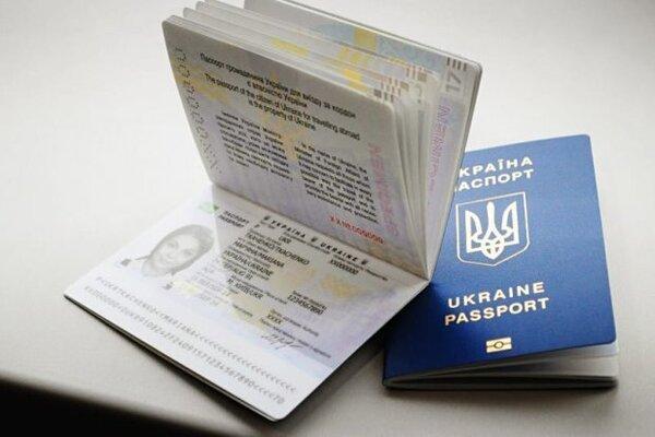 Можно в головном уборе: в Украине заработали новые требования к фото на паспорт