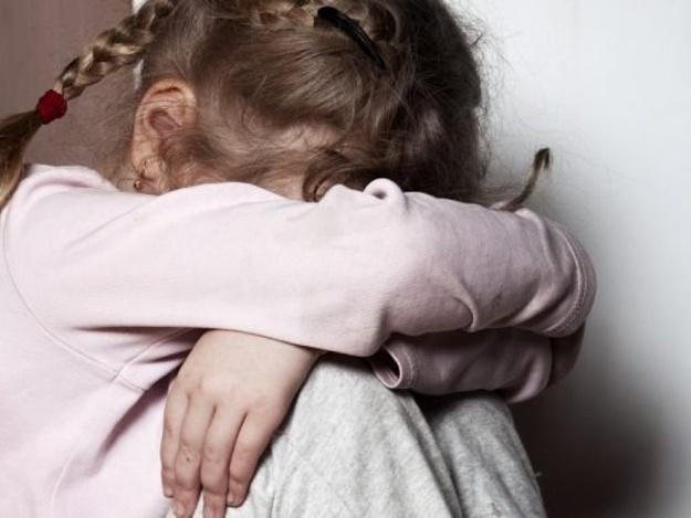 Повсюду грязь и ванная с червями: в Днепре полиция забрала детей у горе-родителей