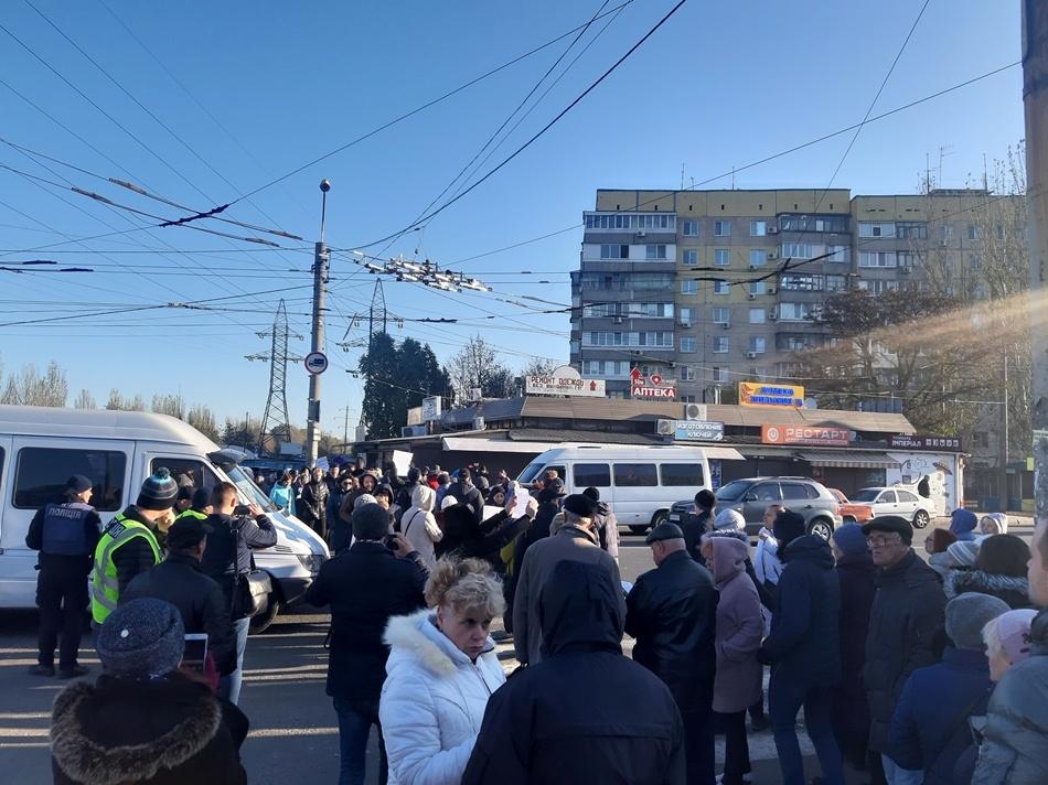 Сейчас там не проехать: толпа снова перекрыла Донецкое шоссе