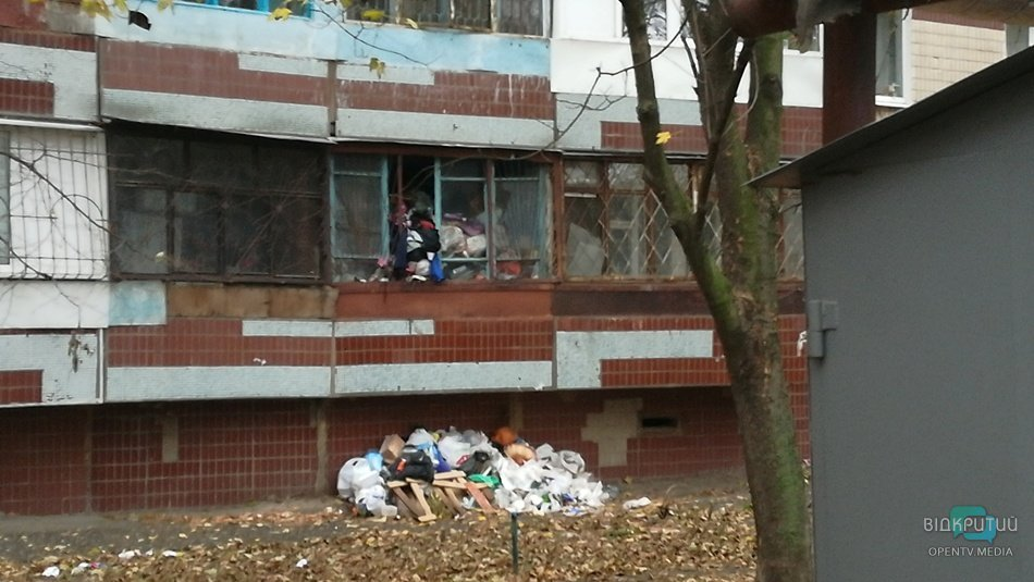 На Тополе квартиру настолько забили мусором, что он вываливается из окна