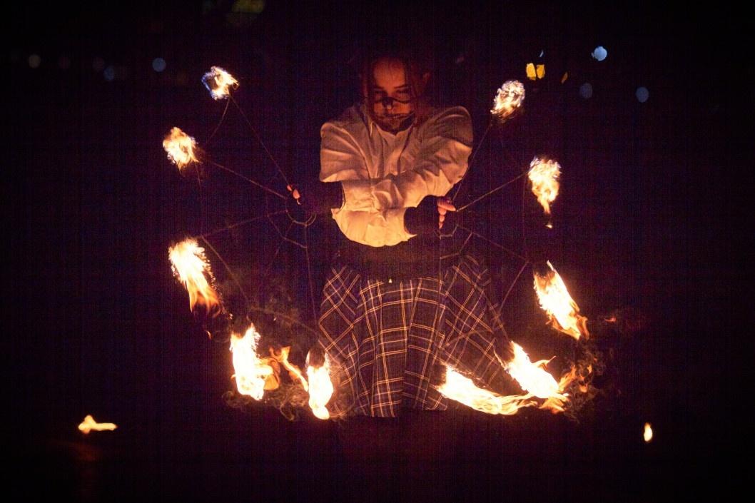 """Демоны и """"летающий"""" огонь: на набережной Солнечного устроили экстремальное шоу"""