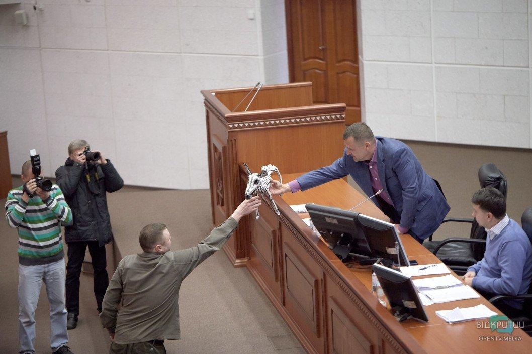 """В Днепре на сессии горсовета мэр Филатов подарил своему заму Лысенко """"скелет собаки"""""""