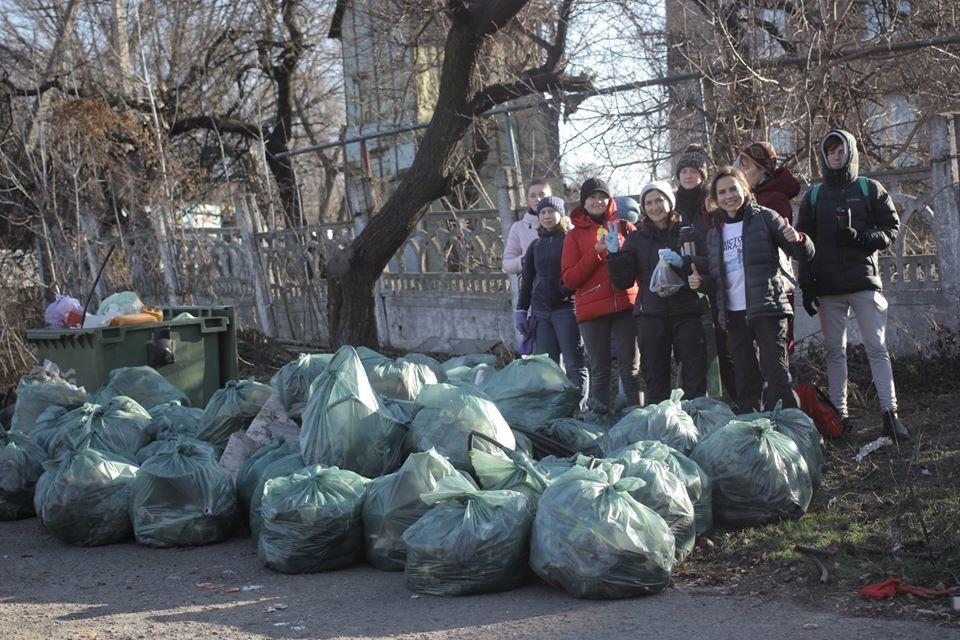 Устрицы и консультация психолога: ради чего днепряне собирали мусор по всему городу