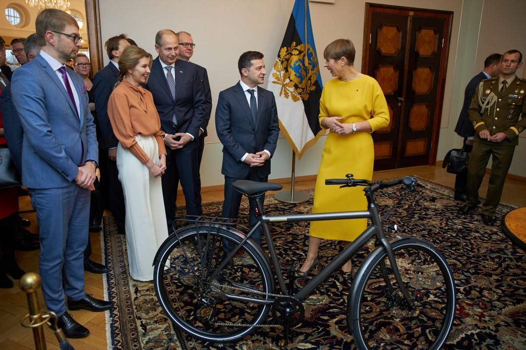 Президент Эстонии Кальюлайд подарила Владимиру Зеленскому электровелосипед