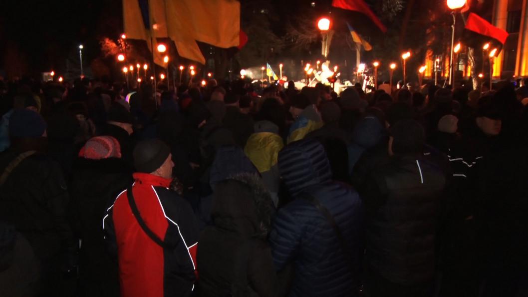 """ВІДЕО: Дніпряни знову вийшли на мітинг під стіни ОДА з гаслом """"Ні капітуляції!"""""""