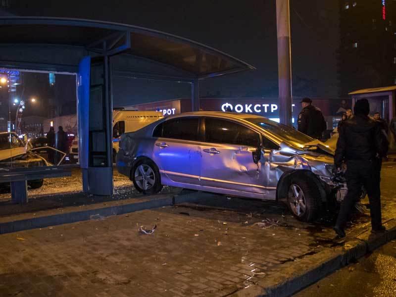 """ДТП возле """"Мост-Сити"""": Honda протаранила остановку"""