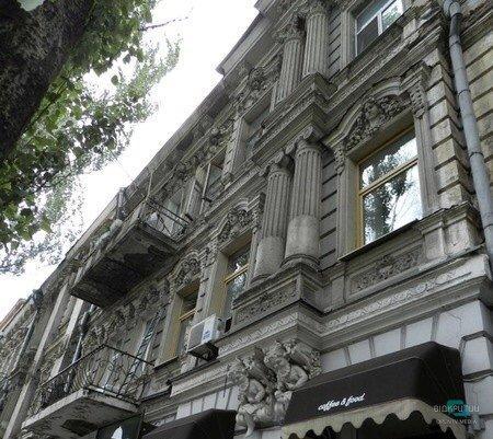 Дом без головы: в Днепре с фасада исторического здания отпала лепнина