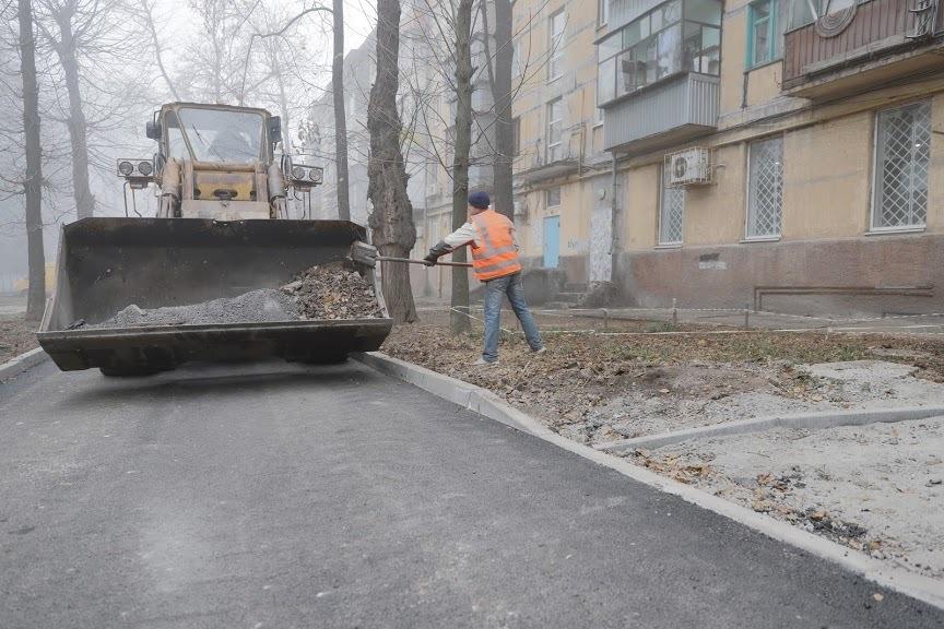 В Днепре в этом году массово ремонтируют внутриквартальные дороги