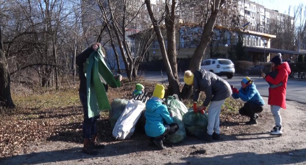 ВІДЕО: Дніпряни збирали сміття заради подарунків
