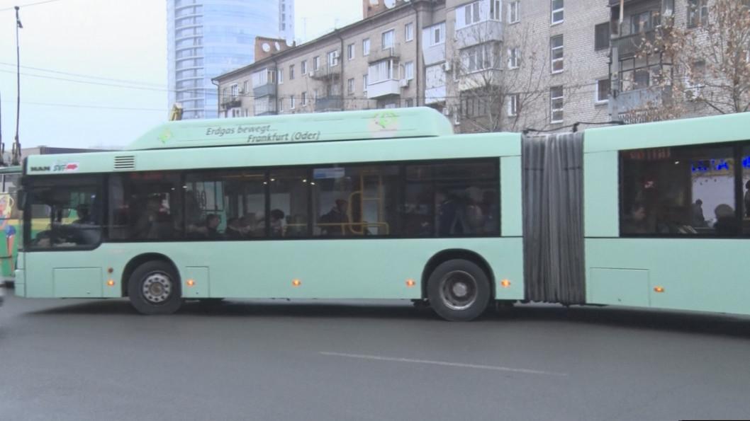 ВІДЕО: У Дніпрі автобус-гігант вийшов на 88 маршрут