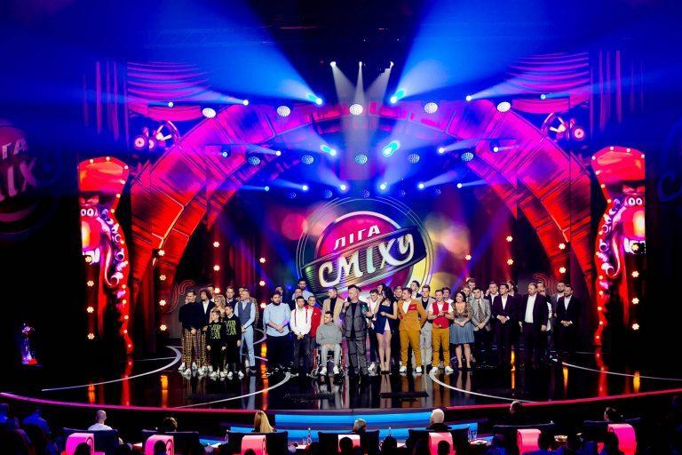 На сцене 10 команд-участниц 5-го юбилейного Зимнего Кубка Лиги Смеха.