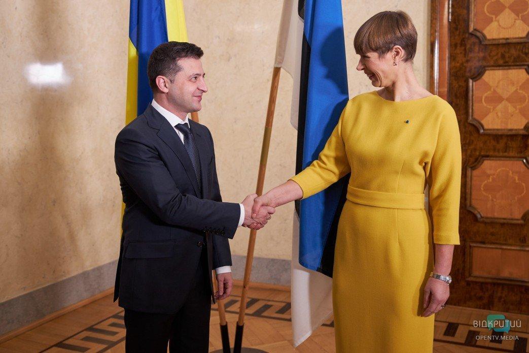 Президент Эстонии Кальюлайд подарила Зеленскому электровелосипед.