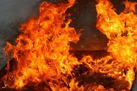 Ночной пожар: в Днепре 12 спасателей тушили огонь в старом доме