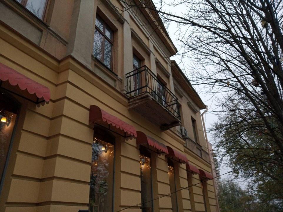 На нем пил кофе сам Фабр: как выглядит самый известный балкон в Днепре