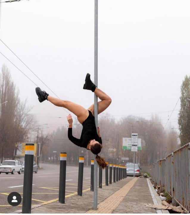 Девушка, которая обещала раздеться на Новом мосту, станцевала на пилоне возле Материка (ВИДЕО)