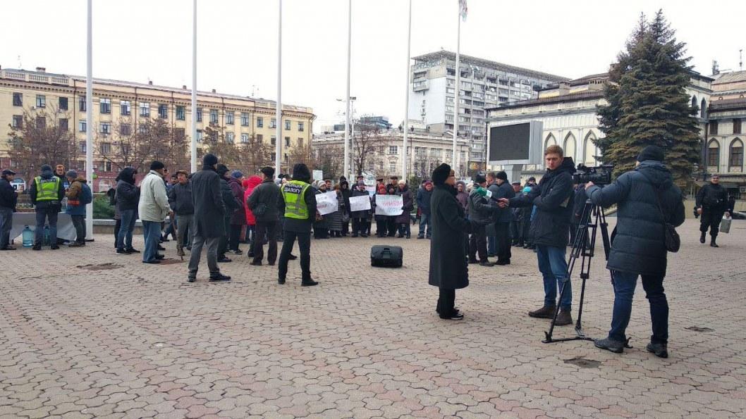 Митинг под стенами горсовета Днепра. Корреспондент Відкритий записывает комментарий жительницы Левобережного.