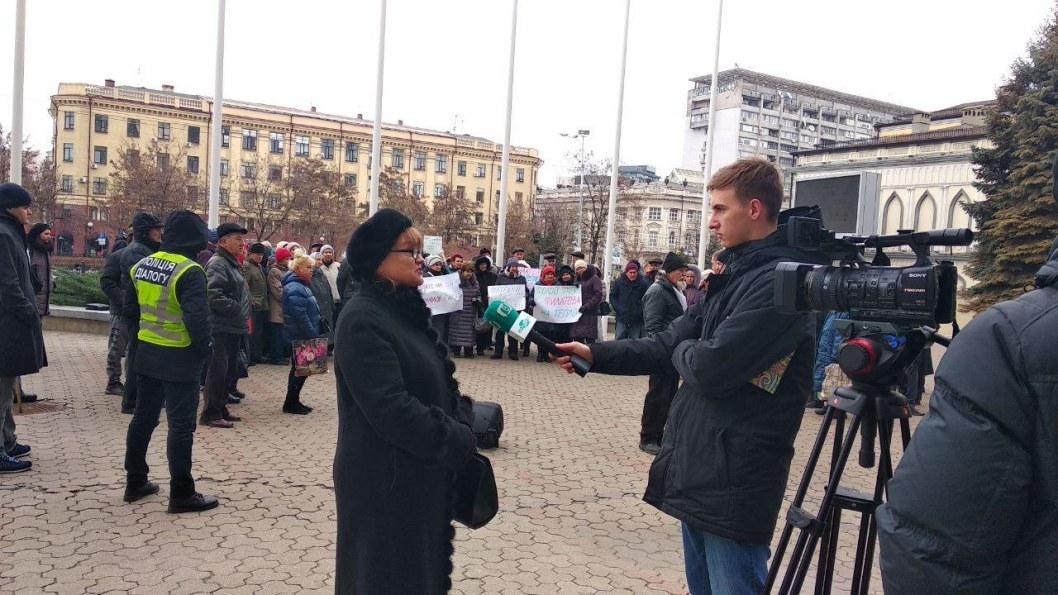 Митинг под стенами горсовета Днепра. Корреспондент Відкритого берет комментарий у женщины из числа протестующих.