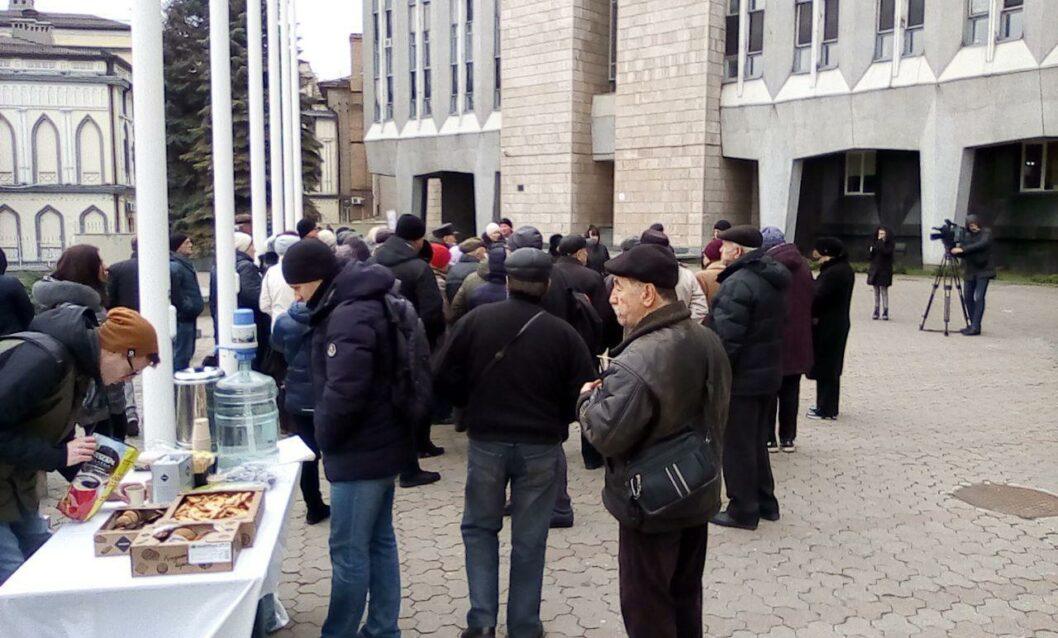 Митинг под стенами горсовета Днепра. Угощения (печенье, чай, кофе) для всех желающих.