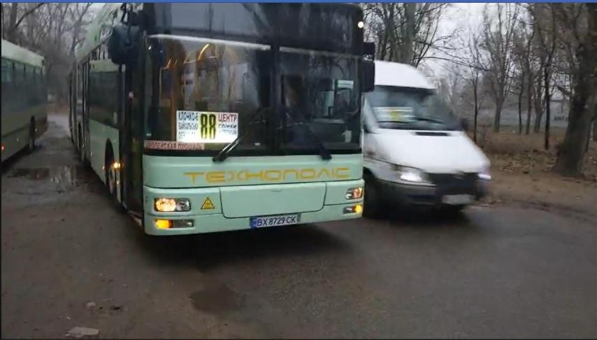 Гигантская маршрутка: в Днепре на 88-м маршруте теперь ездит автобус-гармошка ВИДЕО