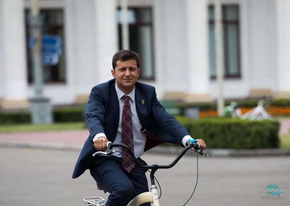 Троллинг по-президентски: Зеленскому подарили электровелосипед (ФОТО)