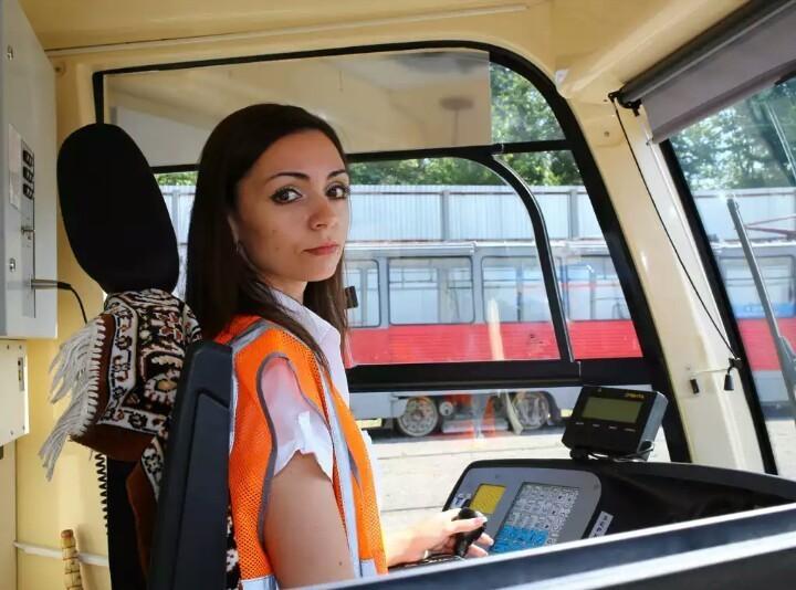Возле Нагорки водитель спровоцировал аварию, врезавшись в трамвай
