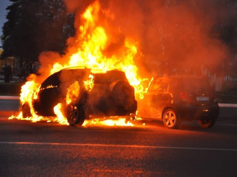Неспокойная ночь: в Днепре сгорел электрокар BMW (ВИДЕО)