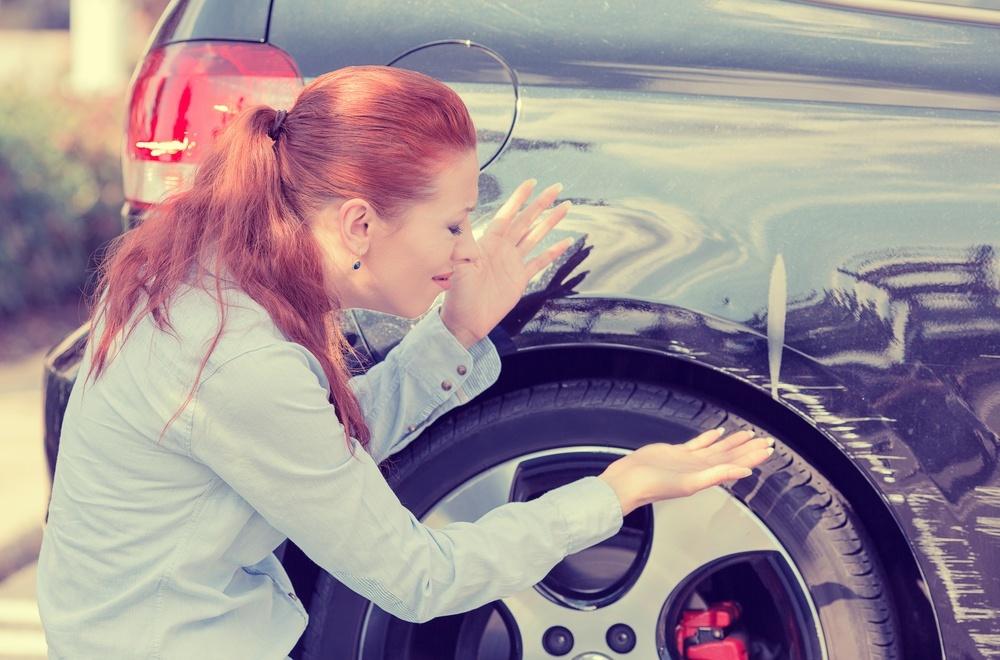 Мотивы хулигана неизвестны: в Днепре мужчина ножницами портил автомобили
