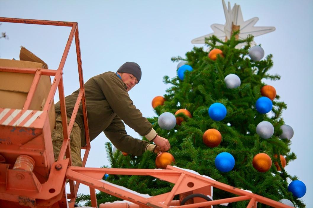 В центре Днепра поставили и нарядили елку (ФОТО)