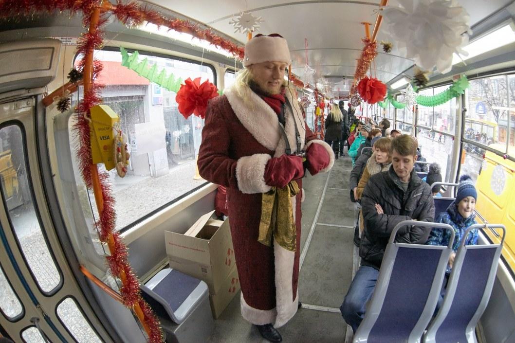 Дед Мороз-экскурсовод в трамвае