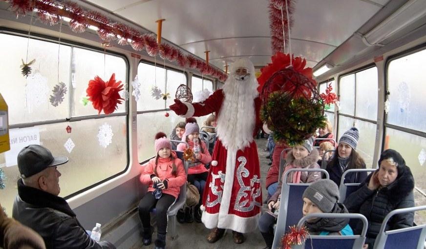 По Днепру ездит новогодний трамвай с Дедом Морозом и Снегурочкой (ФОТО)