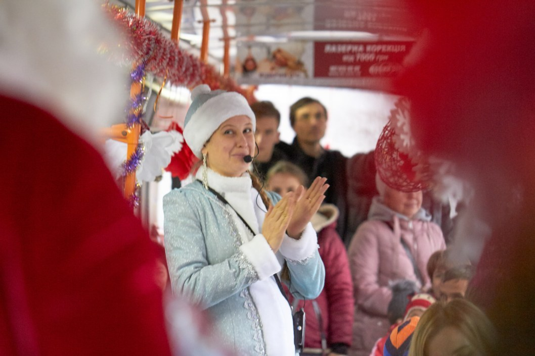 Снегурочка в праздничном трамвае